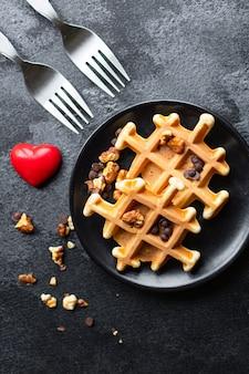 Śniadanie belgijskie gofry dla dwóch osób w kształcie serca