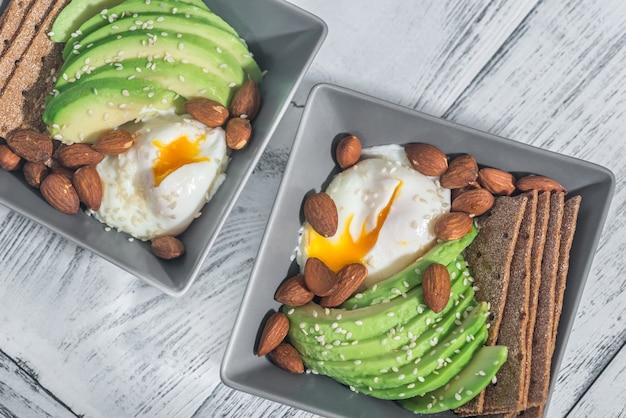 Śniadanie białkowe z jajkiem w koszulce, awokado i migdałami