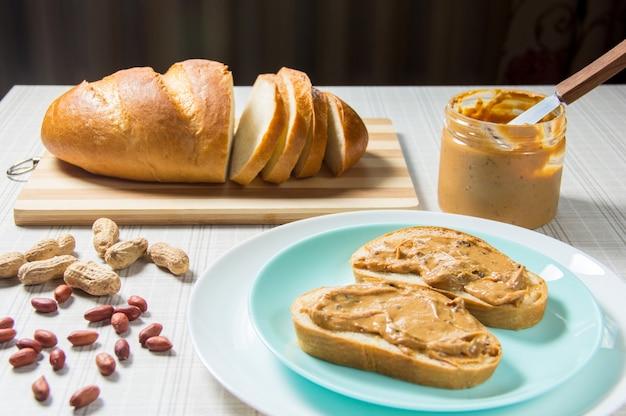 Śniadanie, bochenek, kanapki z masłem orzechowym. kanapka z masłem orzechowym - jedzenie i picie