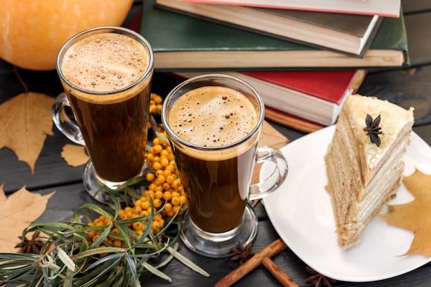 Śniadanie, cykoria, kawa i ciasta.