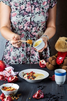Śniadanie dla dzieci z jagodami, miodem i orzechami