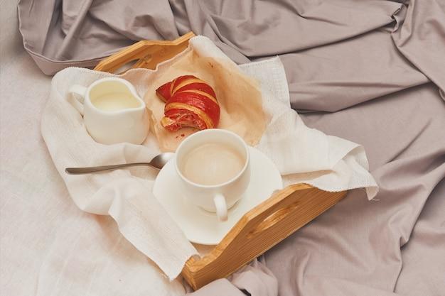 Śniadanie do łóżka, kawa ze śmietaną, rogaliki w dżemie
