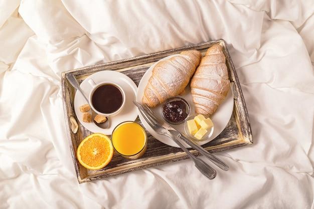 Śniadanie do łóżka z kawą i rogalikami