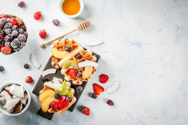 Śniadanie. domowe świeże belgijskie miękkie wafle z miodem, owocami