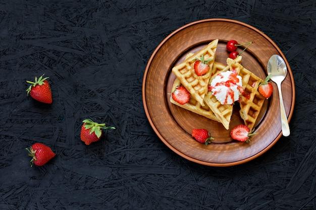 Śniadanie. gofry z truskawkami, wiśniami, letnimi jagodami.