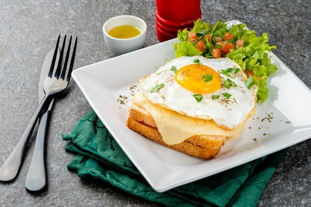 Śniadanie. gorąca kanapka. croque madame kanapka. tradycyjna kuchnia francuska. skopiuj miejsce.