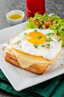 Śniadanie. gorąca kanapka. croque madame kanapka. tradycyjna kuchnia francuska.
