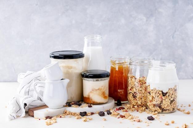 Śniadanie granola w szklanych słoikach
