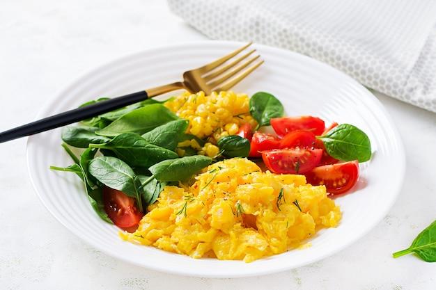 Śniadanie. jajecznica z pomidorkami koktajlowymi, szpinakiem i kukurydzą.