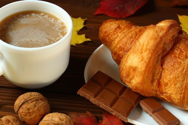 Śniadanie jesienne: latte, croissant i czekolada