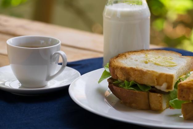 Śniadanie kanapkowe z mlekiem i gorącą kawą rano