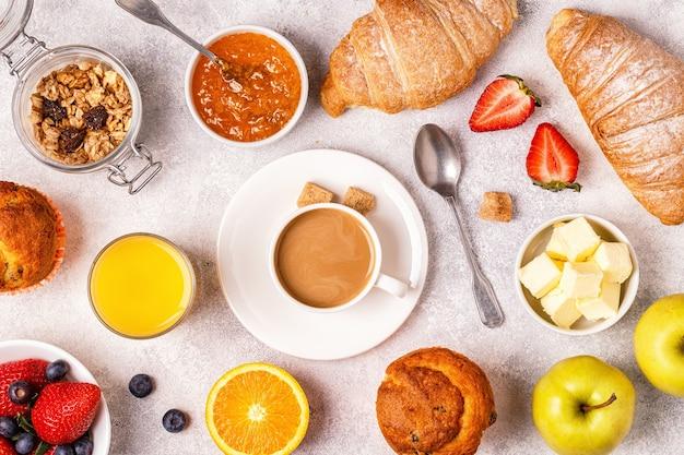 Śniadanie kontynentalne ze świeżymi rogalikami, sokiem pomarańczowym i kawą
