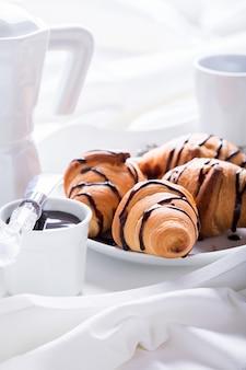 Śniadanie kontynentalne ze świeżymi rogalikami