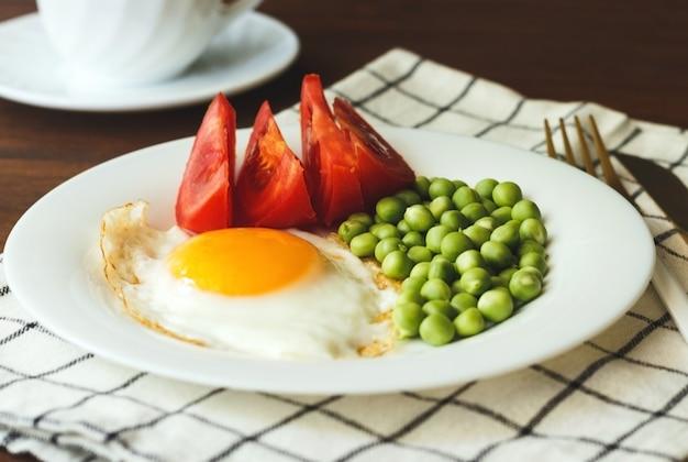 Śniadanie na talerzu jajka sadzone z warzywami