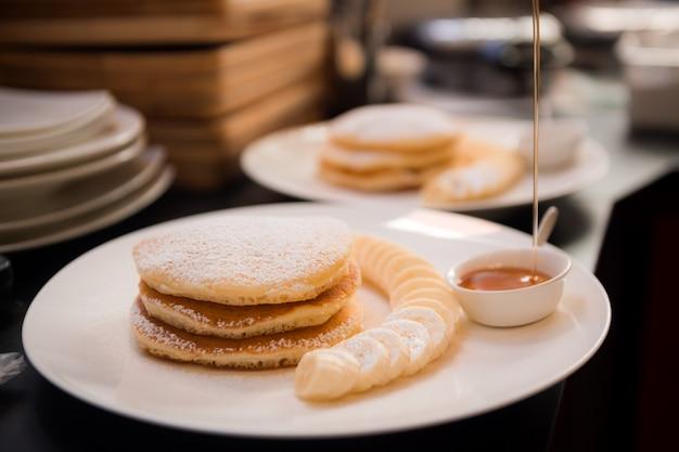 Śniadanie naleśniki na białym talerzu