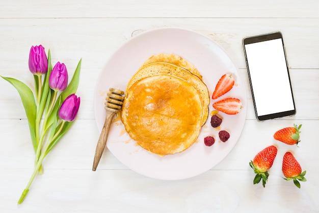 Śniadanie naleśniki z telefonem komórkowym