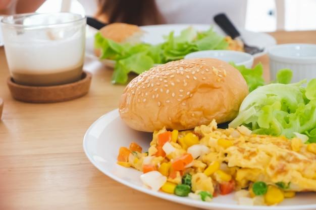 Śniadanie omlet sałatka burger serwowane