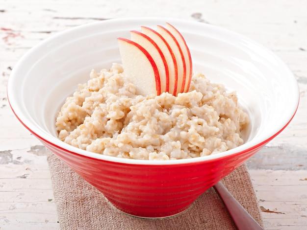 Śniadanie - przydatne płatki owsiane z jabłkami
