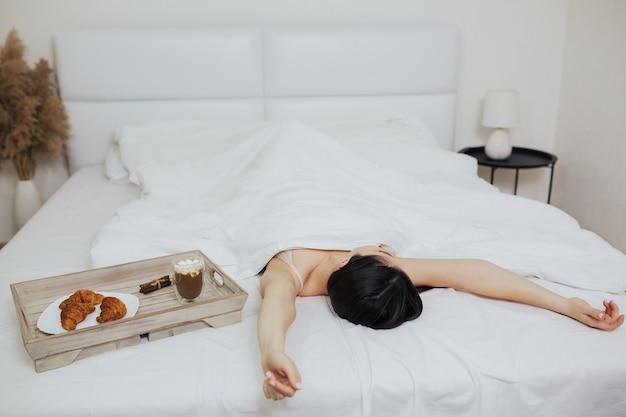 Śniadanie w domu lub hotelu w łóżku dla kobiety
