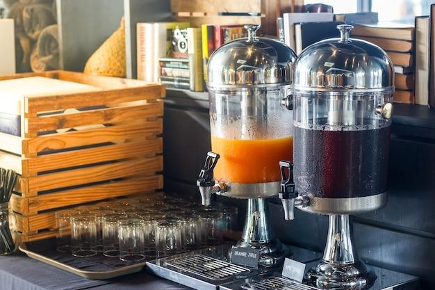 Śniadanie w formie bufetu, różne zbiorniki na napoje
