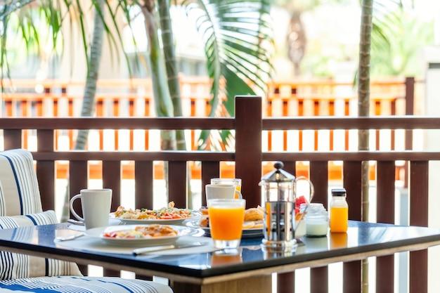 Śniadanie w formie bufetu w luksusowym brunchu hotelowym z rodziną w restauracji?