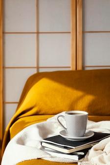 Śniadanie w koncepcji łóżka z kawą