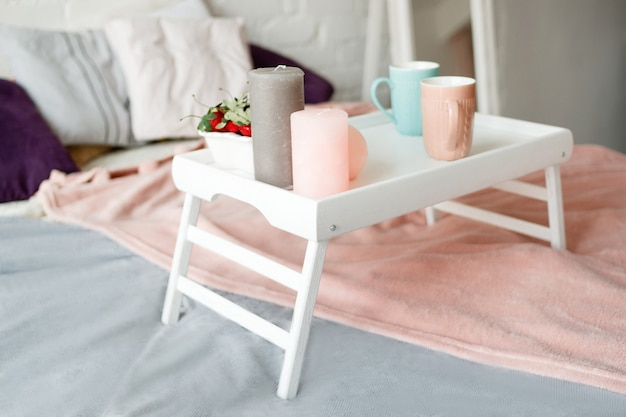 Śniadanie w łóżku. nowoczesna sypialnia w pastelowych kolorach.