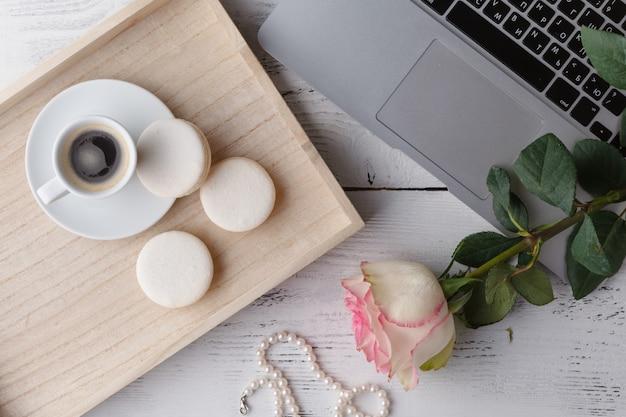 Śniadanie w łóżku, taca z kawą, rogaliki, dżem, kwiaty. miłosna wiadomość