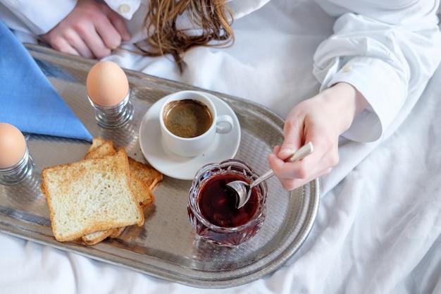 Śniadanie w łóżku w hotelu.