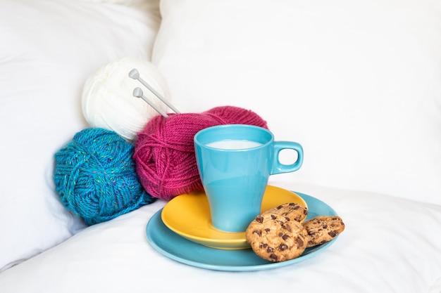 Śniadanie w łóżku z czekoladowymi ciasteczkami i mlekiem