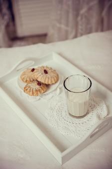 Śniadanie w łóżku z mlekiem i ciastkami