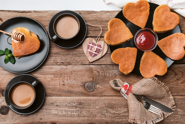 Śniadanie w stylu rustykalnym punk-serca. romantyczne śniadanie
