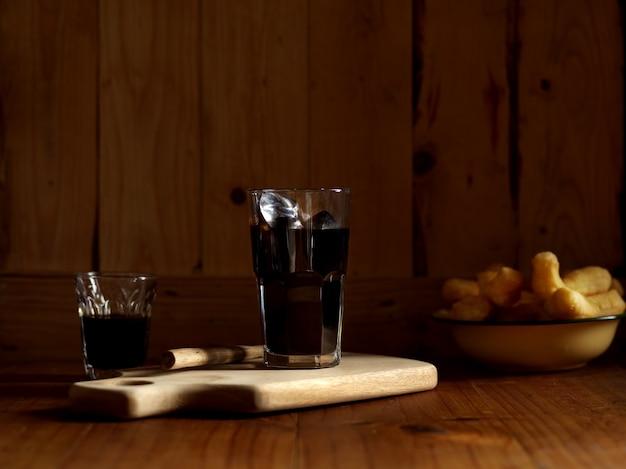 Śniadanie w stylu tajskim z mrożoną czarną kawą i smażonymi w głębokim tłuszczu paluszkami z ciasta
