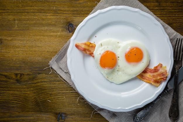 Śniadanie walentynkowe - jajka, bekon, keczup