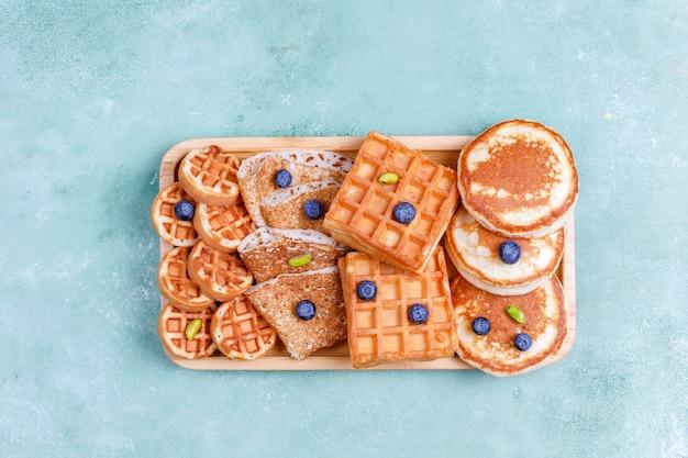 Śniadanie węglowodanowe, naleśniki, naleśniki, wafle.