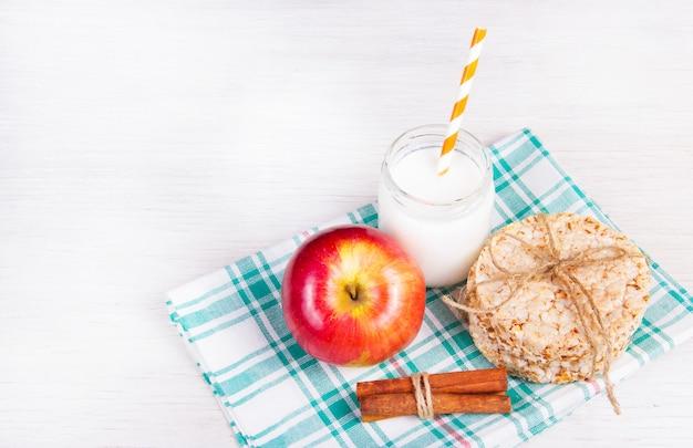 Śniadanie wiejskie chleb miodowy, jabłko i jogurt.