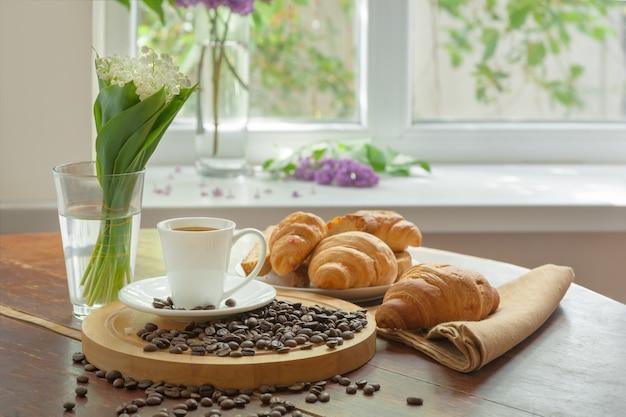 Śniadanie z aromatyczną czarną kawą, dzień dobry, świetny początek dnia. przerwa na kawę, miejsce na kopię