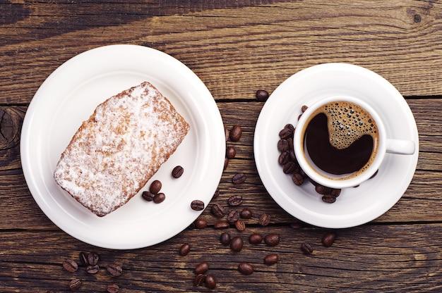 Śniadanie z babeczką i kawą. widok z góry