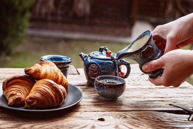 Śniadanie z chińską herbatą i świeżymi wypiekami, aromatyczne rogaliki maślane