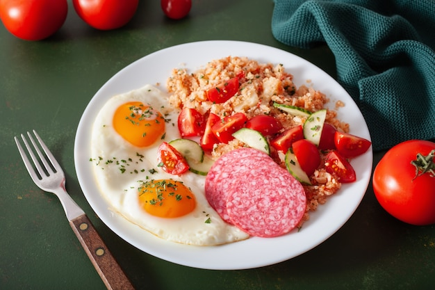Śniadanie z dietą ketogenną paleo. ryż kalafiorowy, salami z jajka sadzonego