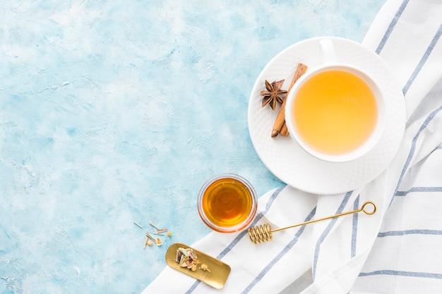 Śniadanie z filiżanką herbaty