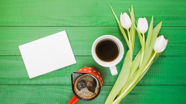 Śniadanie z filiżanką kawy i kwiatami