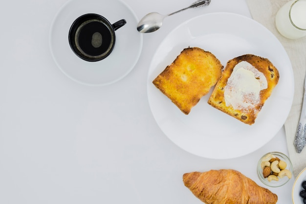 Śniadanie z filiżanką kawy i owocami