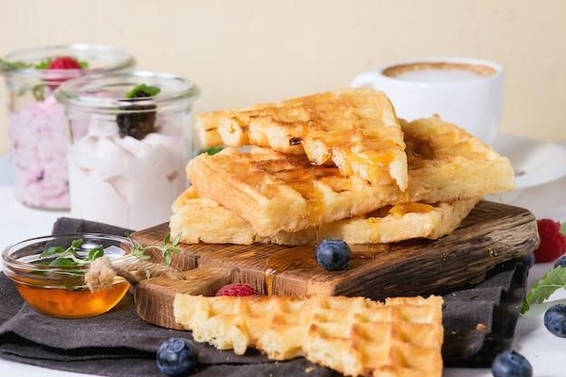 Śniadanie z goframi belgijskimi