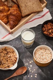 Śniadanie z grzanką i rogalikiem. mleko w szklanej butelce. dobry początek dnia. dzień dobry