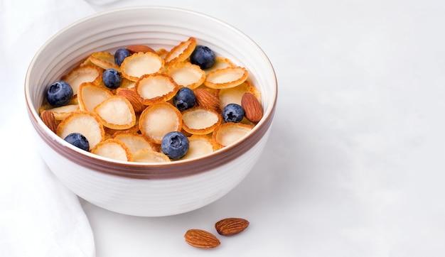Śniadanie z jagodami i migdałami.