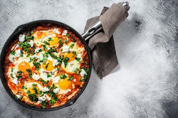 Śniadanie z jajkami sadzonymi, pomidorami