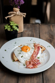 Śniadanie z jajkiem i bekonem