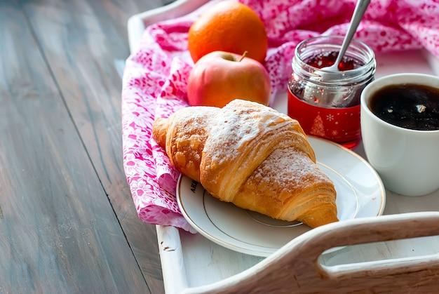 Śniadanie z kawą i rogalikiem