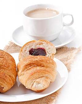 Śniadanie z kawą i świeżymi rogalikami